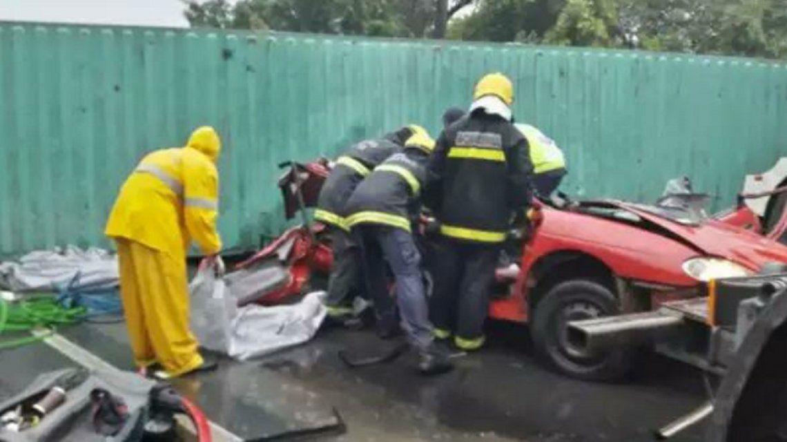 Bomberos removían el vehículo