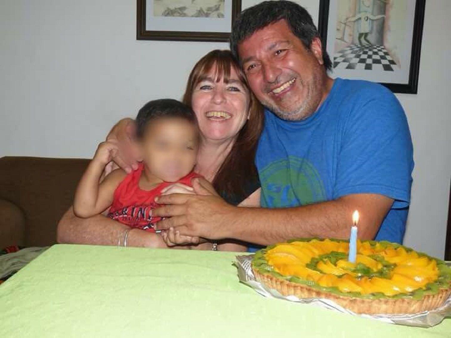 Una familia junta firmas para poder adoptar a un nene de 3 años