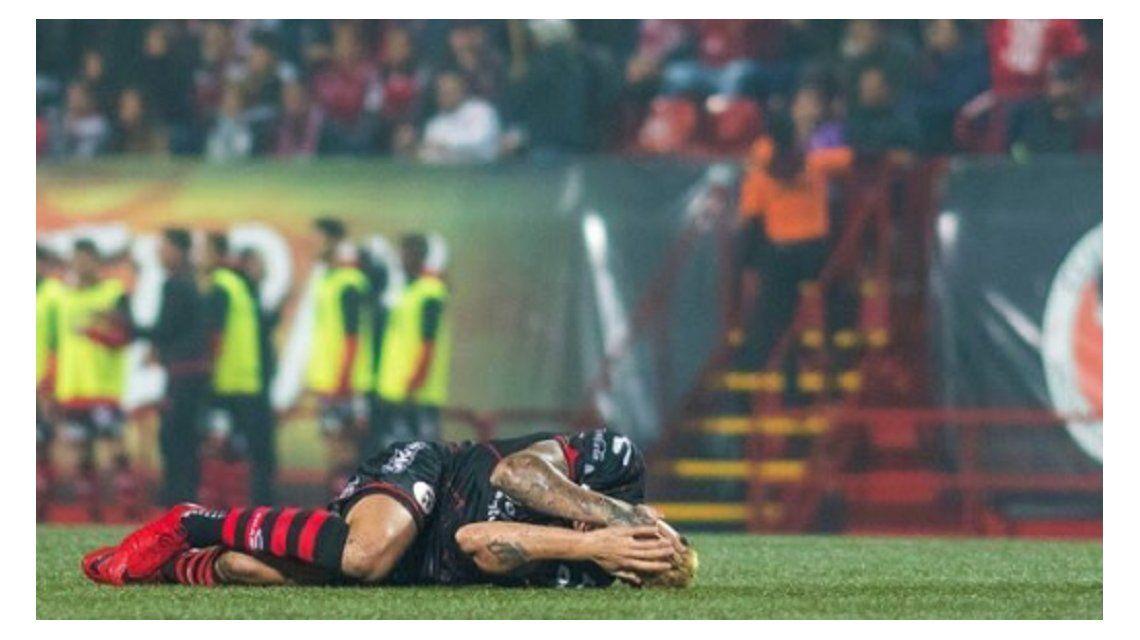 El jugador sufre en el piso; fue reemplazado por Bolaños