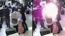 VIDEO: Le explotó un celular en la cara luego de morder la batería