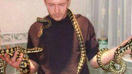Brandon, de 31 años, tenía varias serpientes como mascotas