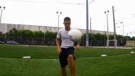 Maluma mostrando su talento para el fútbol