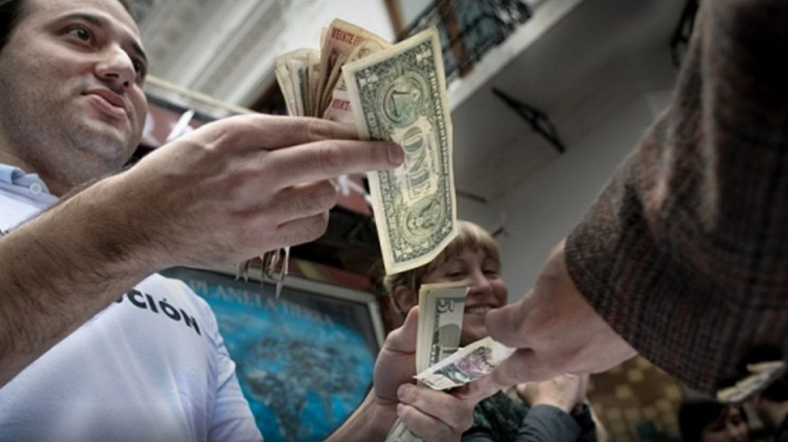 Los llamados arbolitos cambian dólares en la calle.