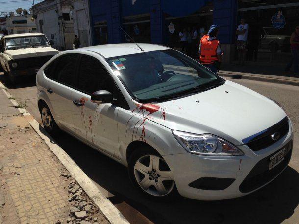 Un auto estacionado quedó manchado con sangre de los heridos<br>