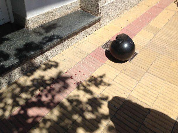 El casco de uno de los delincuentes quedó tirado en el piso<br>