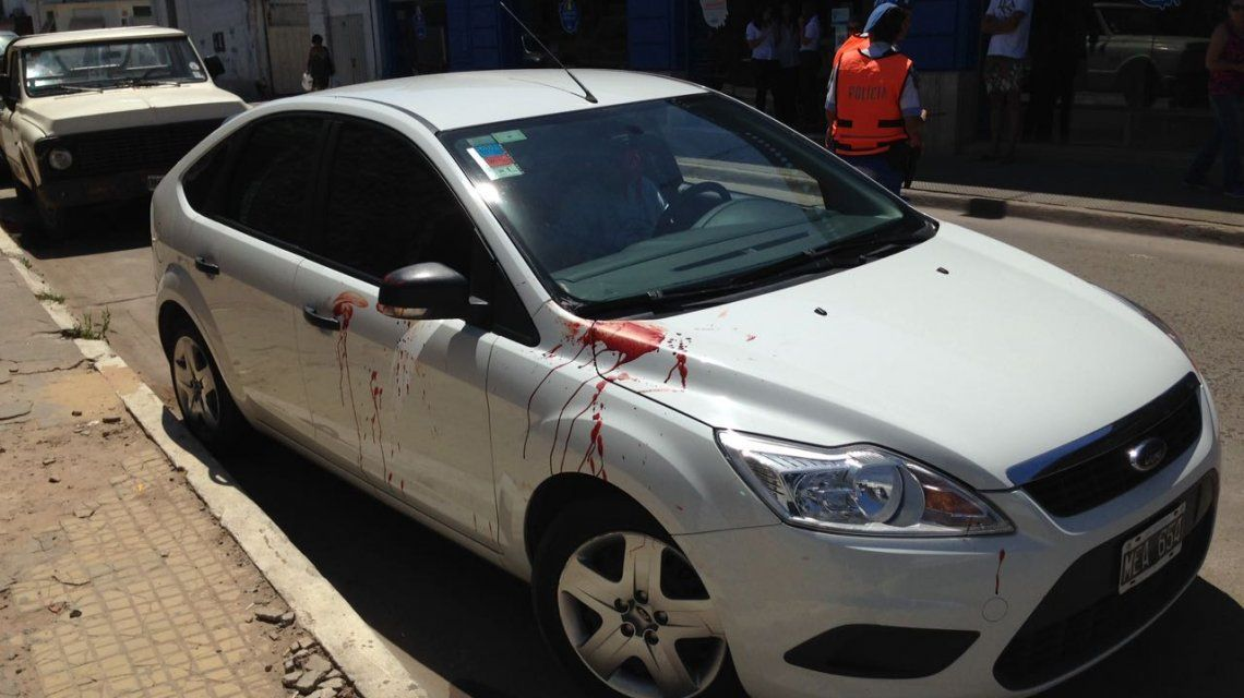 Un auto estacionado quedó manchado con sangre de los heridos