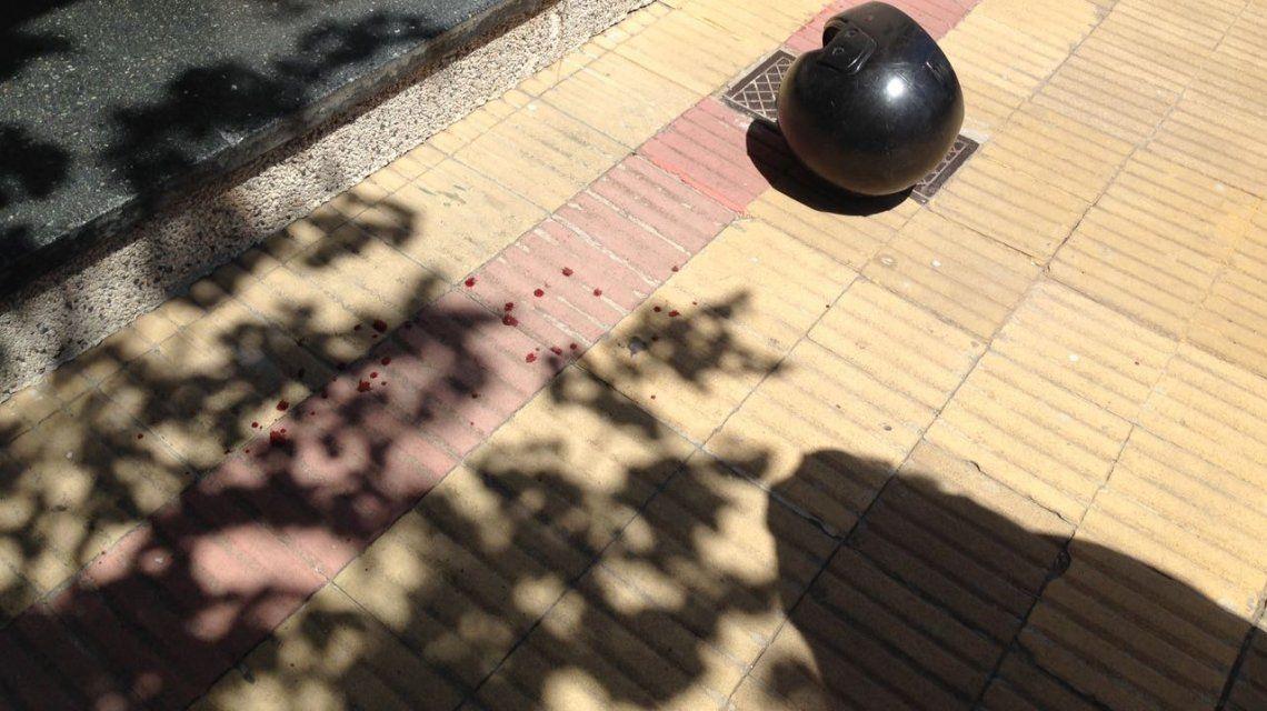 El casco de uno de los delincuentes quedó tirado en el piso