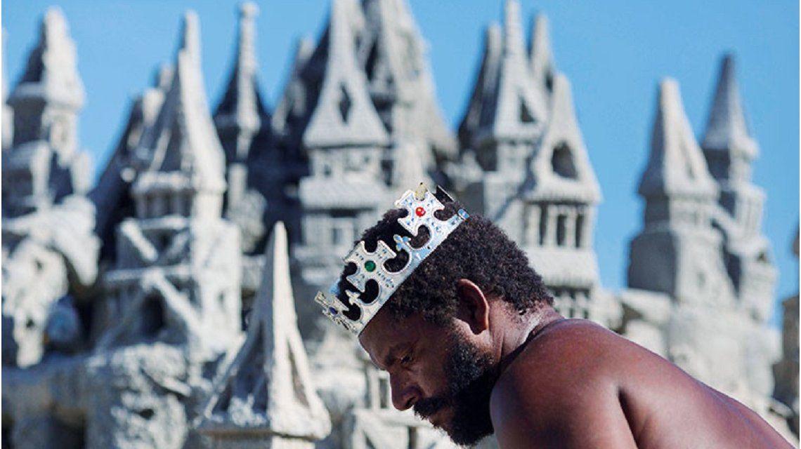 Se convirtió en el Rey de la playa después de vivir 22 años en un castillo de arena