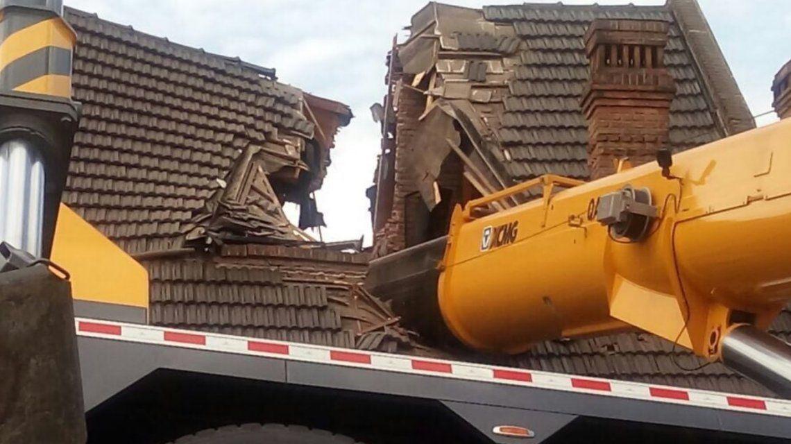 Mataderos: sacaron la grúa del techo de la casa pero continúan los trabajos