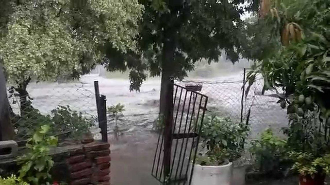 Buscan a un joven que fue arrastrado por el agua durante una tormenta en Tucumán