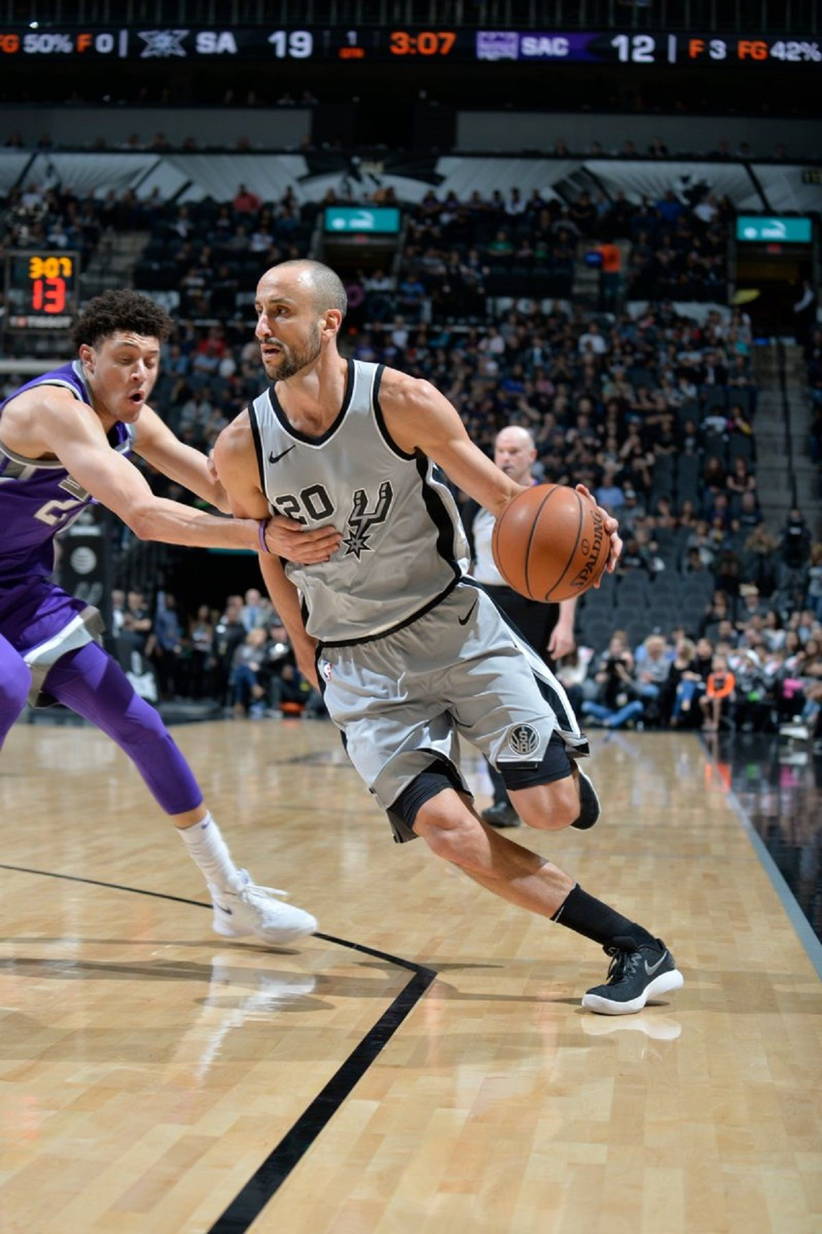 Manu Ginóbili atacando en la victoria de los Spurs ante Sacramento Kings