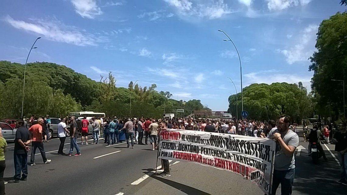 Con pancartas reclamaban la reincorporación de los despedidos