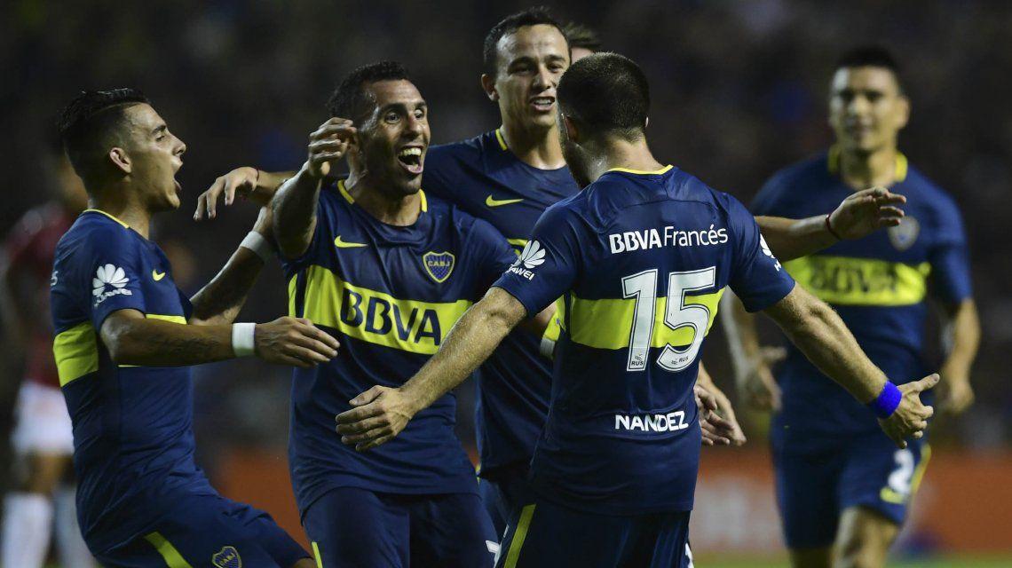 Tevez celebra el gol de Nández