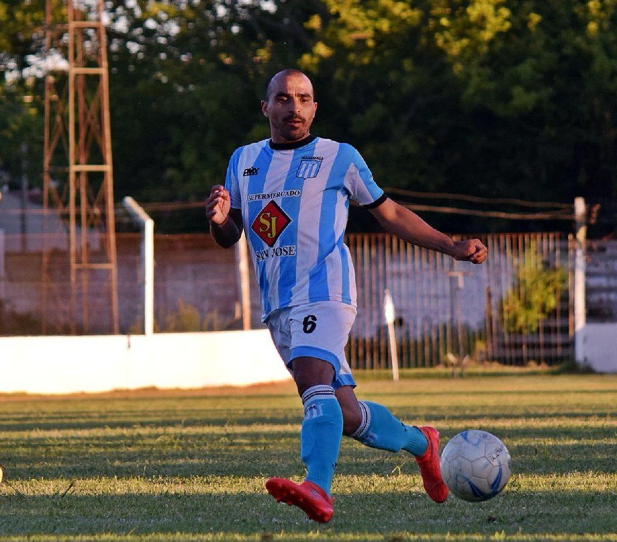 Claudio Morel Rodríguez con la camiseta de Racing de General Madariaga