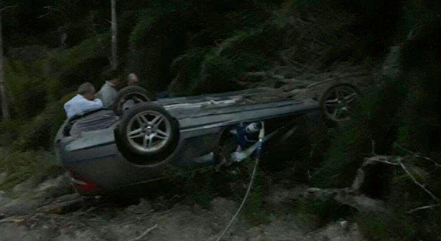 El auto estaba ubicado entre la vegetación