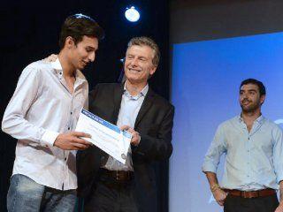 Macri con uno de los beneficiarios de Progresar