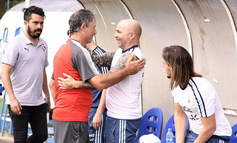 Jorge Sampaoli visitó la práctica de Independiente y charló con Ariel Holan