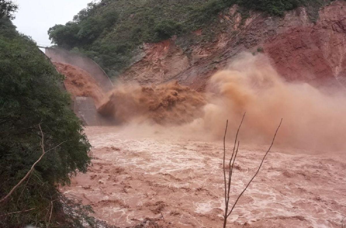 Un muerto, 500 evacuados, un puente partido y un pueblo aislado por el temporal en Salta