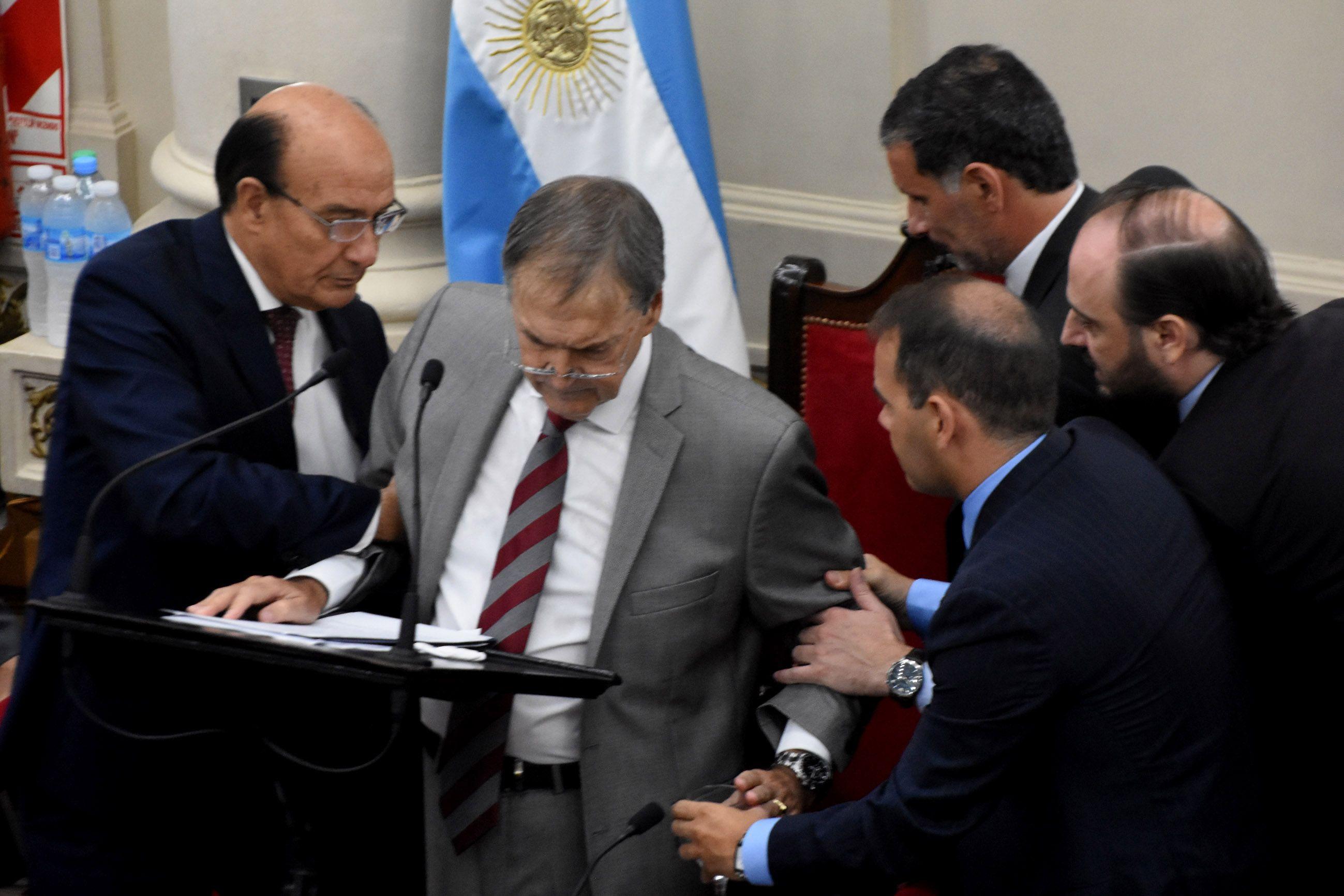 Schiaretti se descompensó y perdió la conciencia en la apertura de sesiones de Córdoba