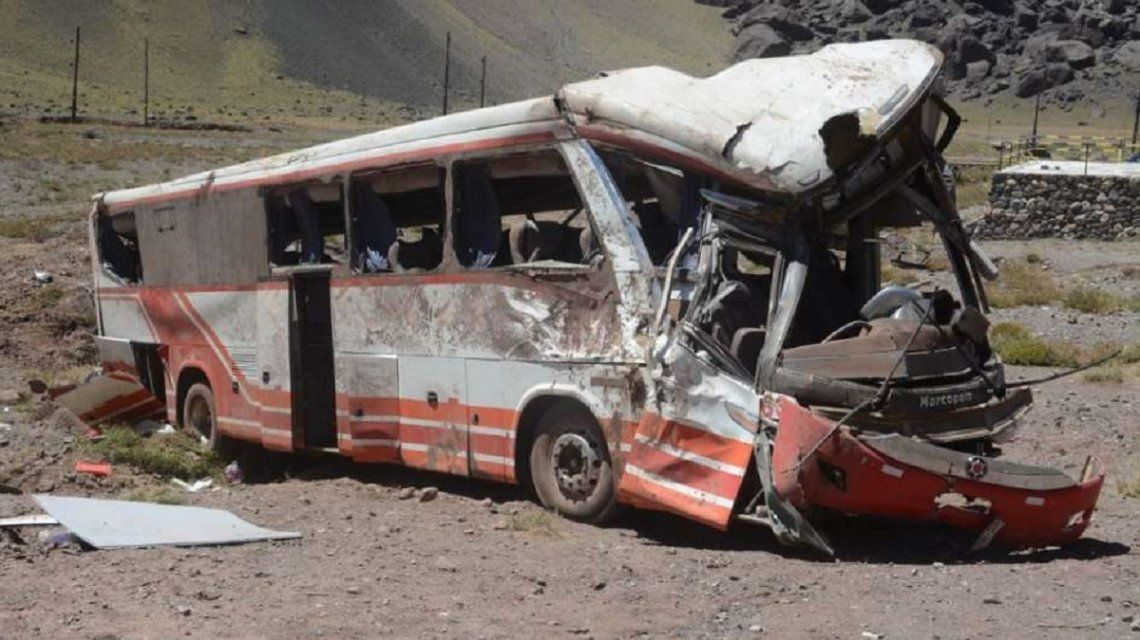 Volcó un micro en Mendoza y murieron 3 chicos - Crédito: losandes.com.ar