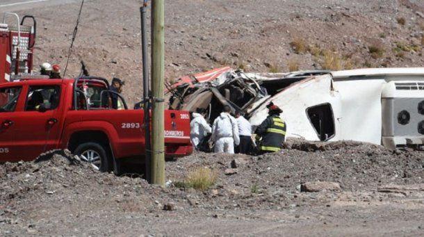 Volcó un micro en Mendoza y murieron 3 chicos - Crédito: diariouno.com.ar