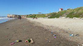 Las Delicias, playa de Camet, desborda de basura.