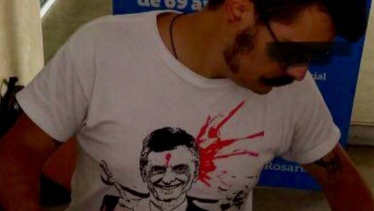 Empleado municipal fue a trabajar con una remera de Macri con un balazo en la frente