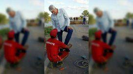 Un diputado ayudó a los evacuados y le terminaron lustrando los zapatos