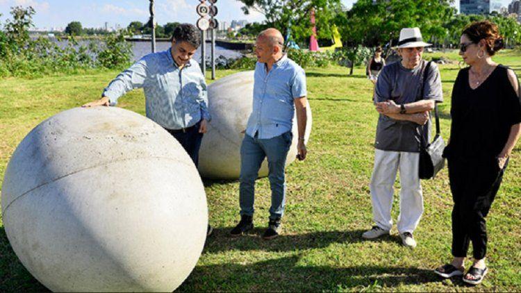 El Intendente Jorge Macri junto a la obra del artista Juan Blas Doberti