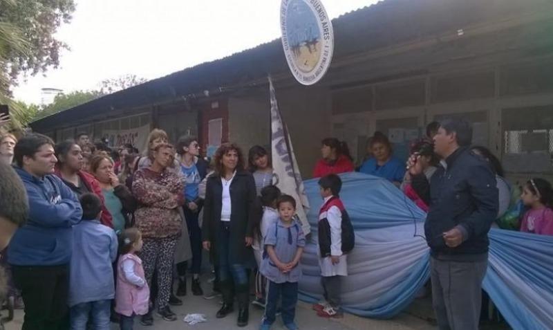 Demolieron un emblemático colegio en la Villa 31 y trasladan las clases a un galpón de la familia Dietrich