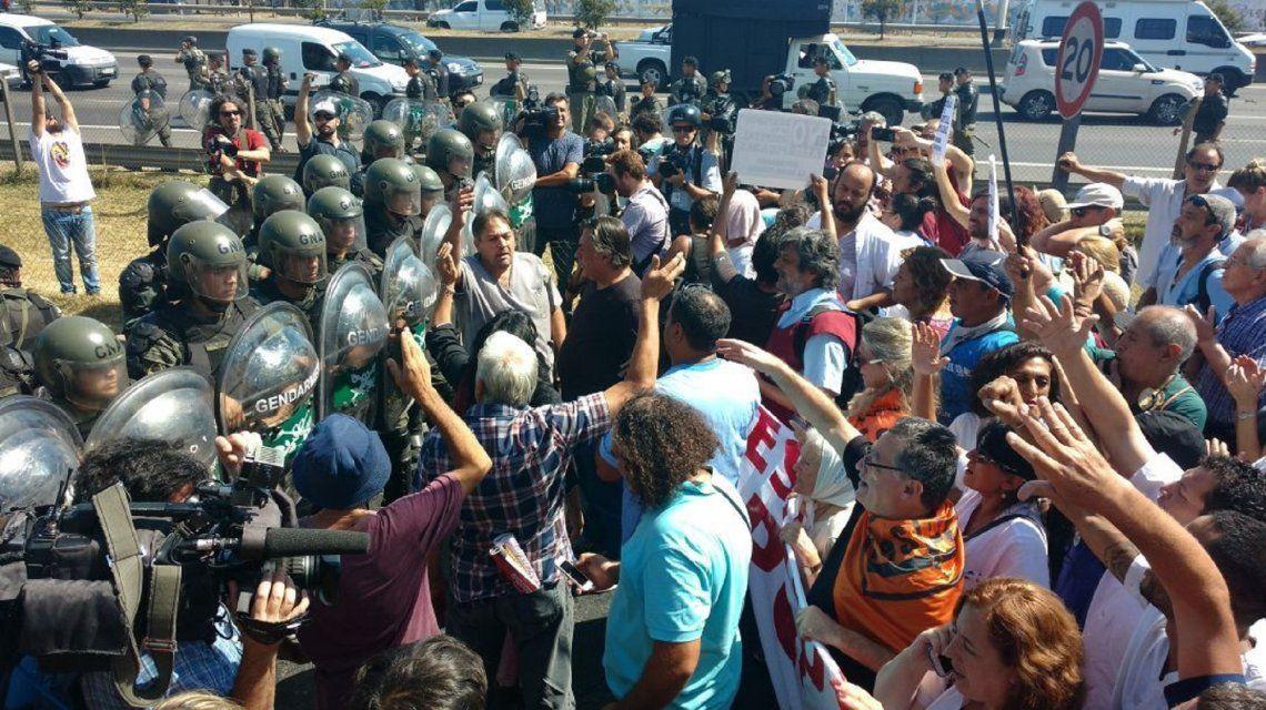 Tensión en el Acceso Oeste: Gendarmería intenta evitar el corte de los trabajadores del Posadas