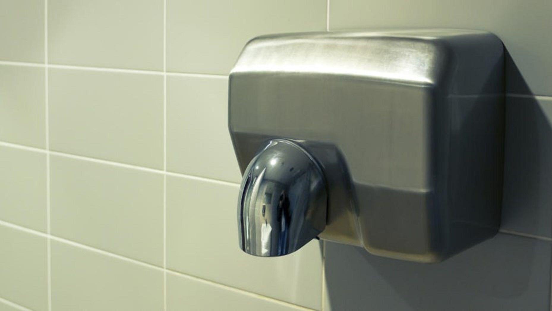 Una foto demuestra por qué se deben usar los secadores de manos de los baños públicos