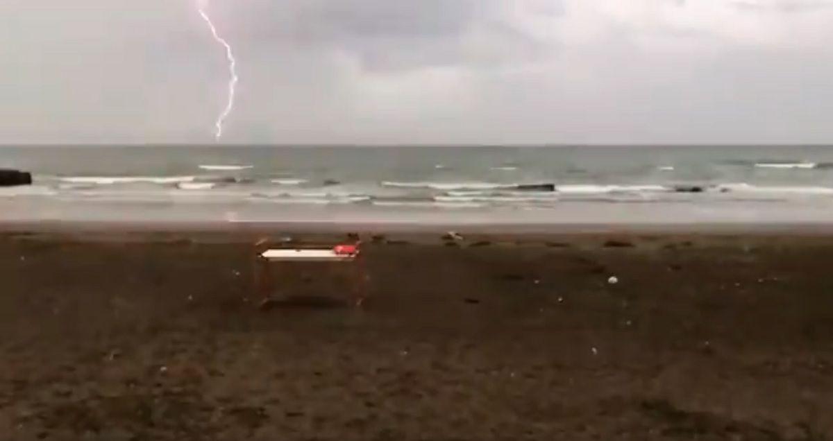 Olvidate del flash: mirá este impresionante rayo sobre una playa de Mar del Plata