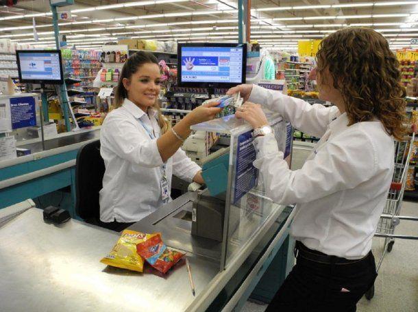 Extracción de efectivo en la caja de un supermercado<br>