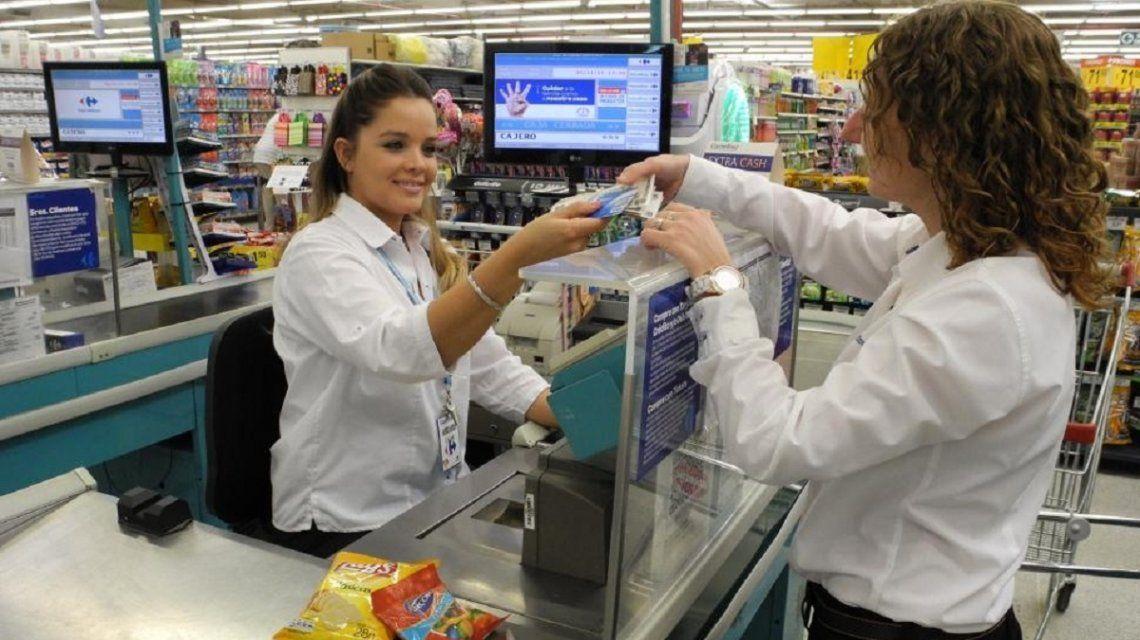 Extracción de efectivo en la caja de un supermercado