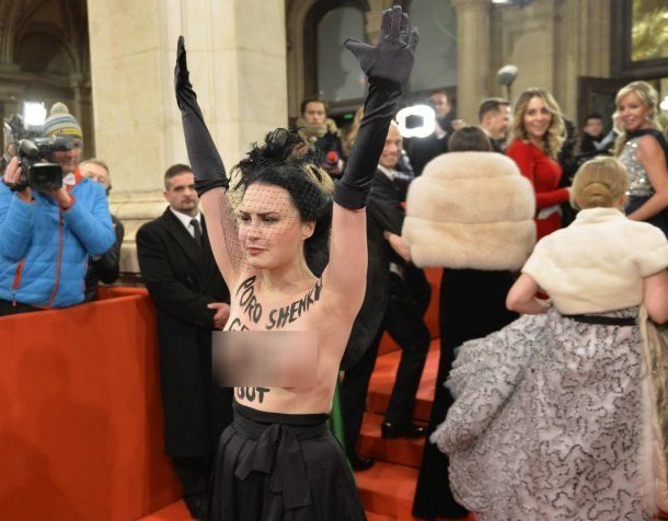 La activista irrumpió con el torso desnudo<br>