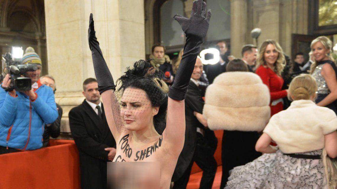 La activista irrumpió con el torso desnudo