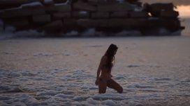 Se bañó en las aguas congeladas del Mar Caspio