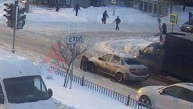VIDEO: Se resbaló por la nieve y un conductor la atropelló sin piedad