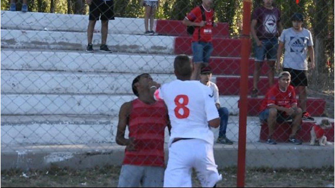 VIDEO: Jugadores de Independiente de Neuquén le pegaron a un hincha que los insultaba