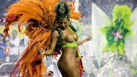 A una bailarina se le rompió el conchero durante el carnaval y ¡se le vio todo!