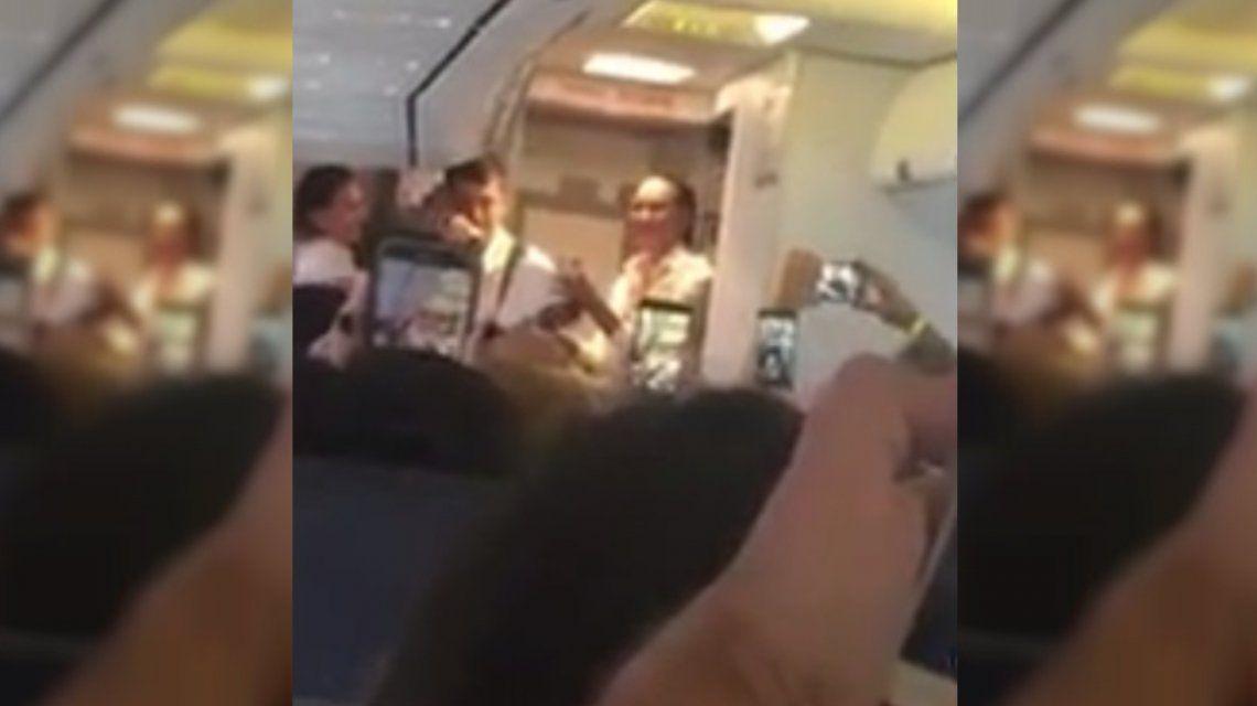 Demoras, valijas perdidas y ¿la peor imitación de Maluma?: así canta la tripulación de Flybondi en pleno vuelo