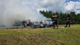 Bomberos apagaban las llamas de los autos siniestrados