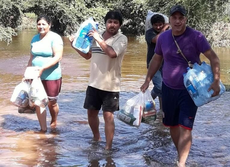 El concejal Makar entregando parte de la ayuda. (El Tribuno)