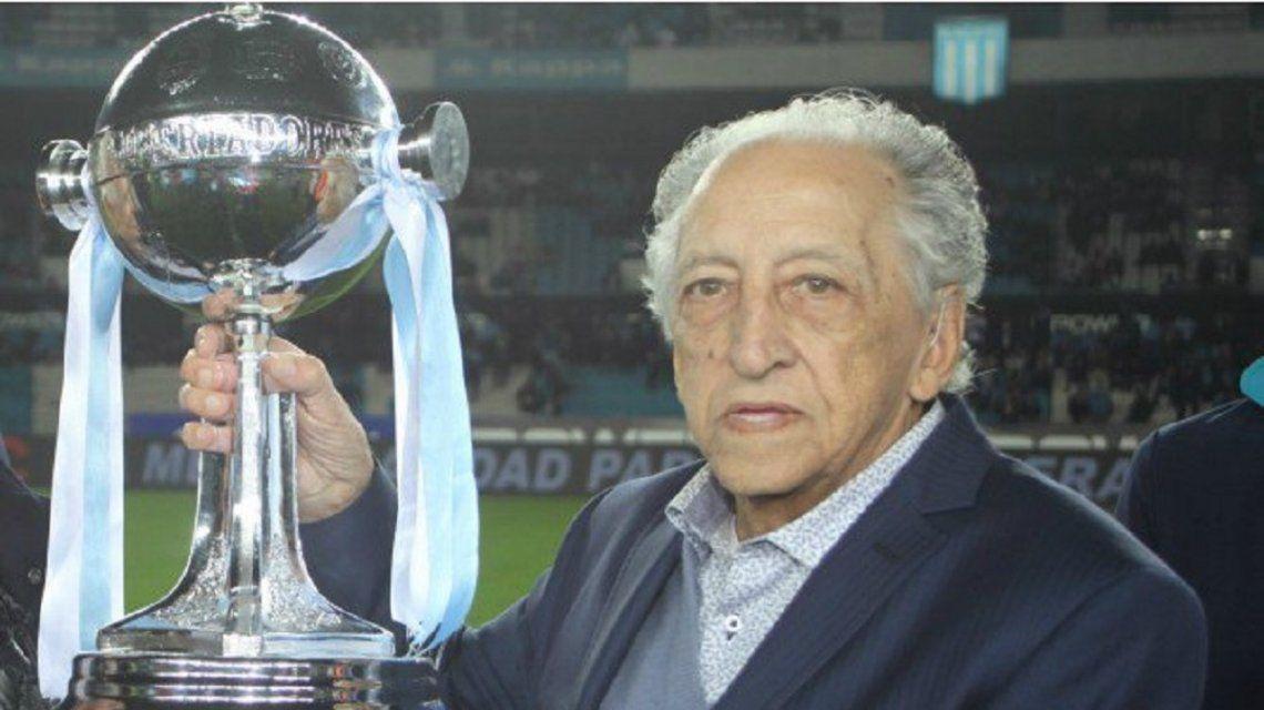 Oscar Martín alza la Libertadores durante la fiesta por el 50º del primer campeón del mundo argentino