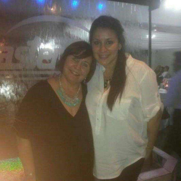 Mayra junto a su madre