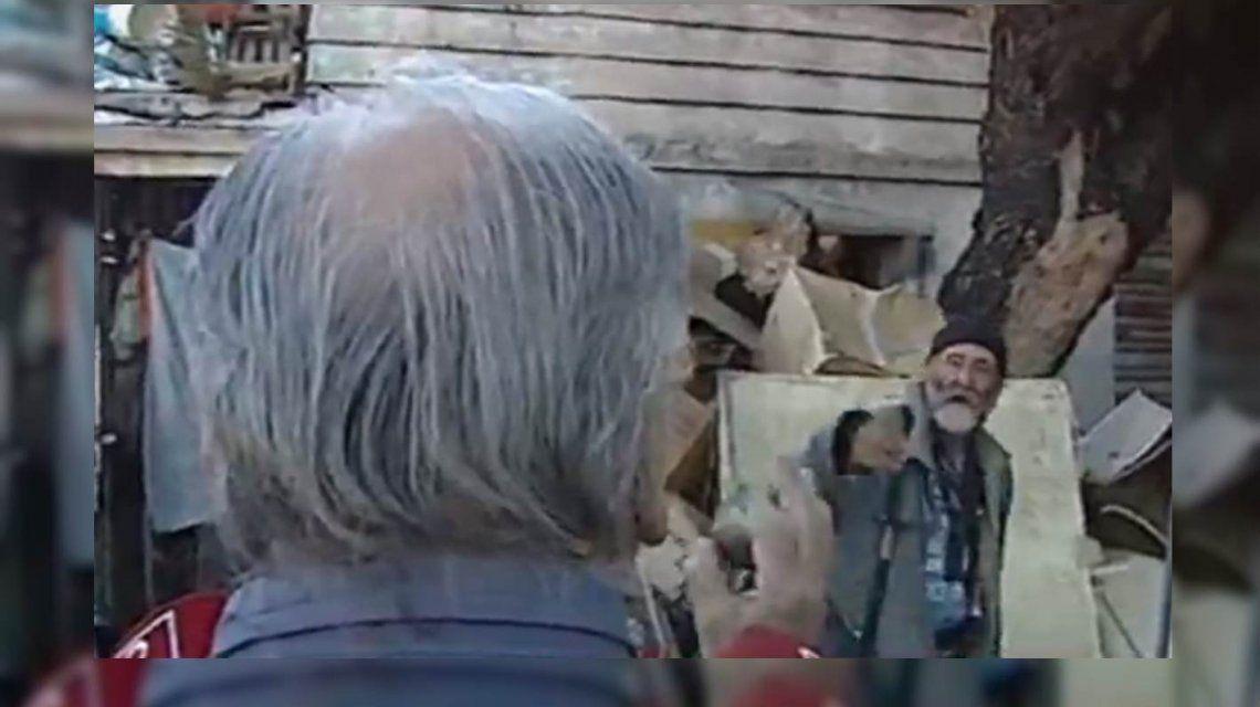 VIDEO: Un hombre que acumula basura en su casa y su vecino se pelearon en vivo