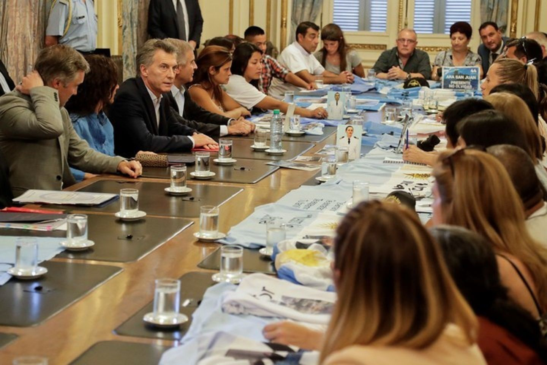 Mauricio Macri con familiares de los tripulantes del ARA San Juan.