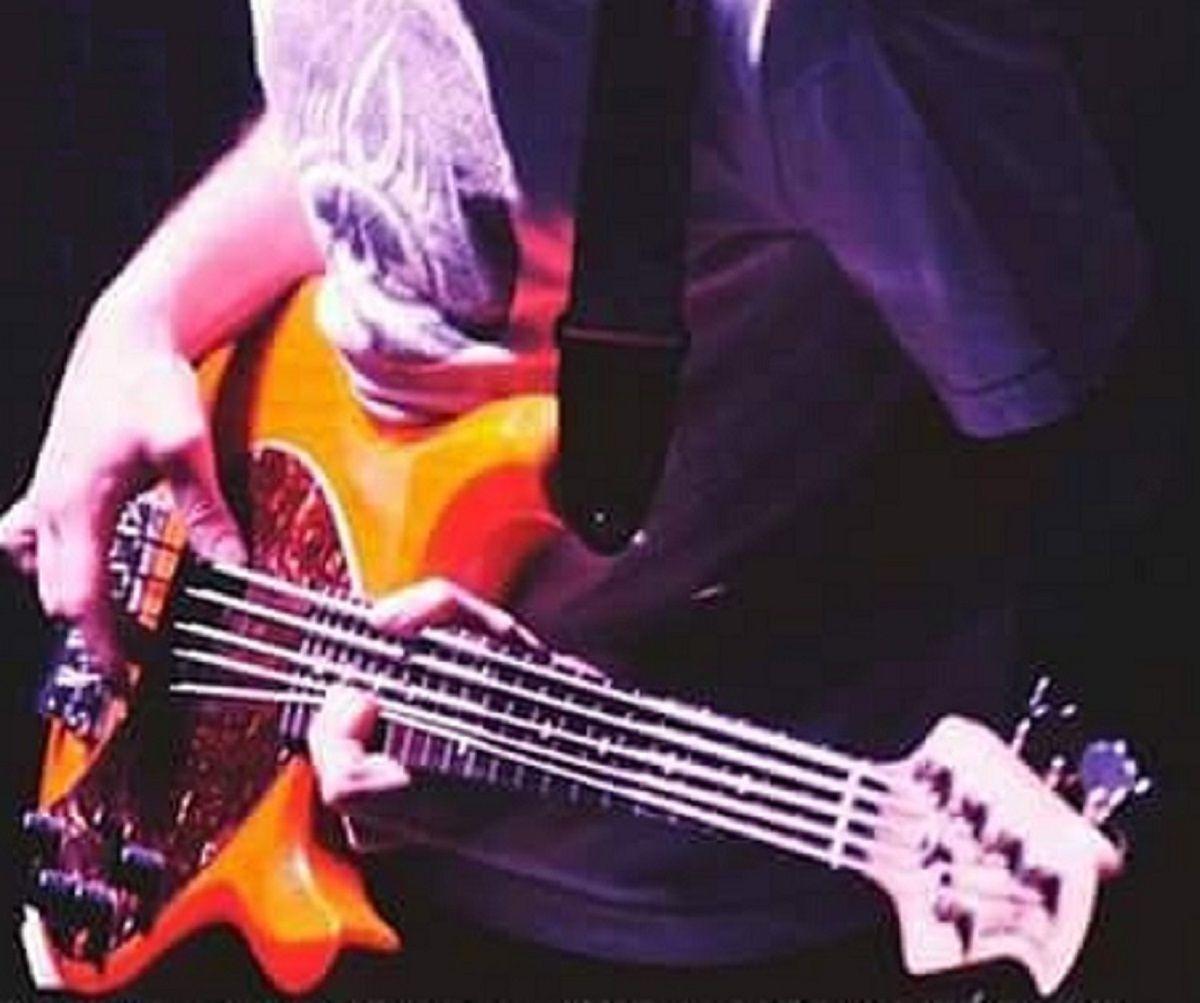 El bajista de una reconocida banda perdió su bajo y ofrece recompensa por facebook