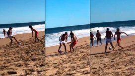 ¡Intacto! Juan Román Riquelme mostró su habilidad en la playa